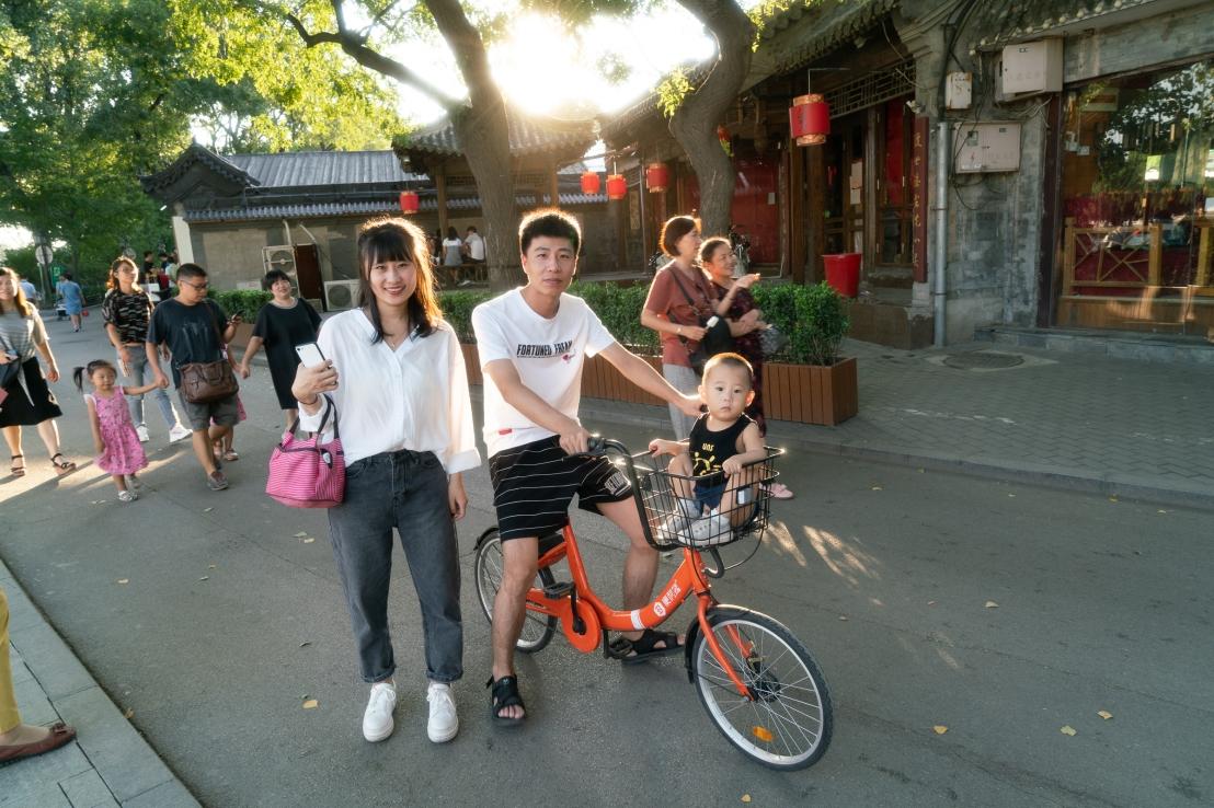 Houhai lake - family with bike